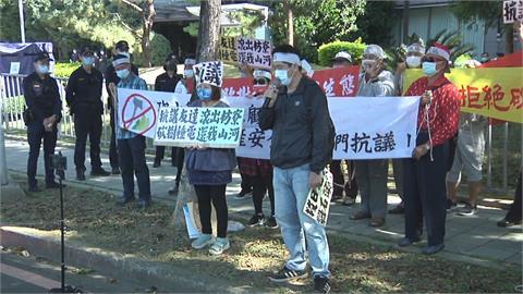蔣月惠率屏東村民丟墊板抗議 要友達撤光電板