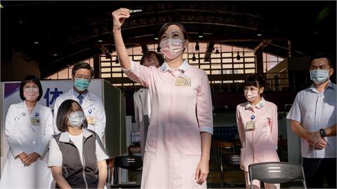 她幫蔡英文打疫苗!網翻「2大咖舊照」:同一位護理師