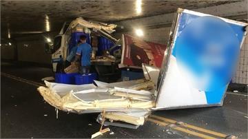 快新聞/限高還硬闖!早餐店物流車貨櫃全毀、原料掉滿地