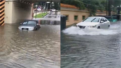 暴雨猛灌中南部!台南多處嚴重淹水 車輛受困、驚險涉水畫面曝光