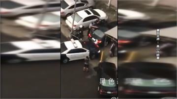 毒蟲駕BMW撞警車  員警掏槍喝令盤查