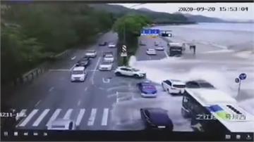 中國錢塘江大潮還沒到潮水暴漲「碰碰車」驚險全都錄