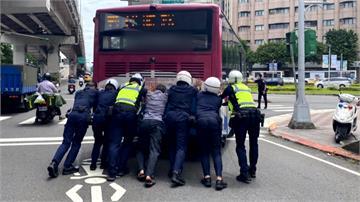 北市公車拋錨釀塞車 7員警嘶吼徒手「清路障」