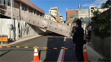快新聞/疑似風太大! 蘆竹警分局新建工程鷹架突倒塌 警方現場管制中