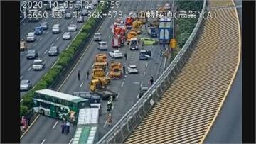 快新聞/畫面曝光! 機車上國道蛇行 害大貨車、客運10車連環撞