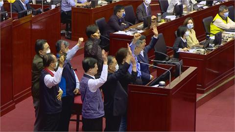 快新聞/打疫苗?北市府官員舉手「會」 柯文哲左看右看才舉手
