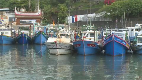 烟花逼近!富岡漁港擠滿船避風浪 漁民怨:何時才能出海?