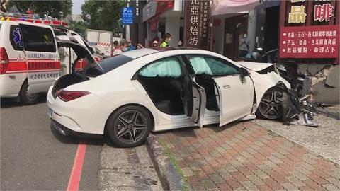 轉彎直衝人行道 撞爛女友賓士車