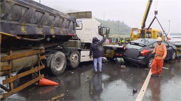 天雨路滑!台64追撞意外砂石車煞不住「橫掃鄰車」7車連環撞4傷