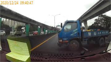 貨車國道急煞打橫飄移 撞爛內側轎車