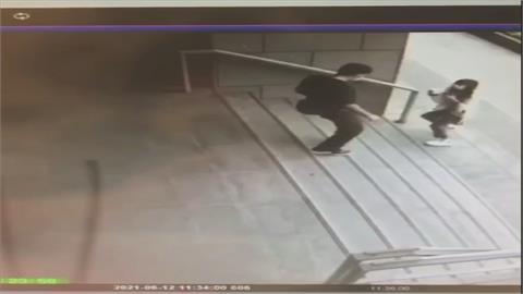 實在真「胎歌」!疑埋伏在捷運徐匯中學站 怪男兩度朝女子猛咳嗽