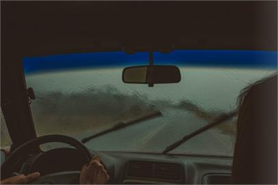 高速公路遇暴雨!開不開「雙黃燈」引爭論 釣出國道警親回