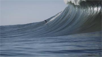 加州蠻牛海灘迎巨浪衝浪 高手享受心驚挑戰