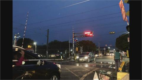 驚!火車要來了紅燈閃爍 柵欄卻沒放下