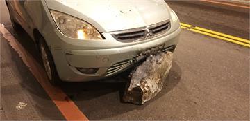 快新聞/驚險瞬間! 太魯閣燕子口落石砸車 玻璃碎裂保險桿內凹