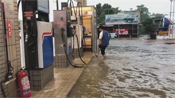 巴威颱風尾甩雨! 雨彈夜襲台南!雷雨不斷 水淹仁德車站