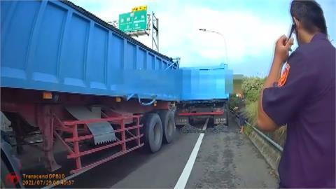 貨車行駛西濱爛泥巴一路掉 警追車攔截開罰1萬9