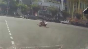 兩名國中生玩電動滑板車  誇張!雙載還闖紅燈過馬路