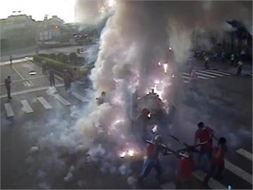 快新聞/台中「炸神轎」真的炸了神轎 扛轎人員嚇壞四處竄逃