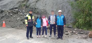 快新聞/花蓮瑞港公路坍方 巡邏車與鄉長接力護送學生上學