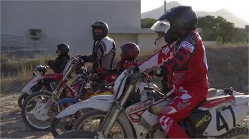 不畏異樣眼光 阿富汗摩托車少女爭平權