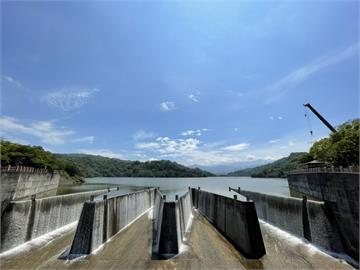 鯉魚潭水庫蓄水率100%達滿水位  「鋸齒堰」溢流美景優雅再現