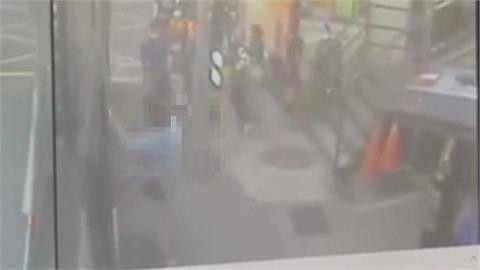 恐怖!女乘客搭公車慘遭夾腿狂拍門險被拖去撞電線桿 車上乘客尖叫停車