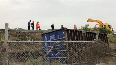 貨櫃車翻落國道 竟是聯結車擦撞釀禍