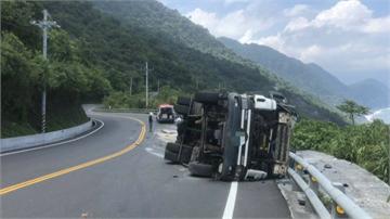 瀝青車疑高速過彎翻覆 柏油流滿地蘇花公路管制3.5小時才恢復正常