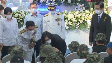 快新聞/ 追晉阿瑪勒海軍陸戰隊上士 蔡英文向家屬致意...孩子舉小手敬禮回應