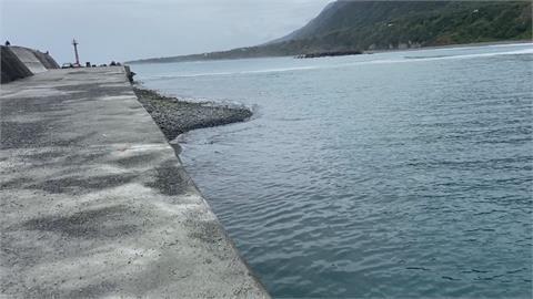 金樽漁港被砂石堆積堵塞 漁民怨5個月無法出海