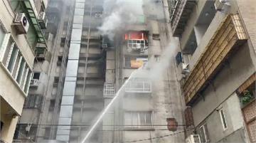 快新聞/北市忠孝東路大樓傳火警 濃煙直竄天際嚇壞路過民眾