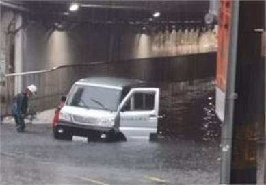 快新聞/雨炸汐止! 當地多處積、淹水 民眾崩潰:淹到半個輪胎