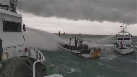 高雄興達港外海燒船意外 海巡派雙艇撲滅火勢