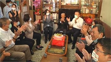 蔡總統赴嘉縣訪百歲人瑞買武器護台! 109歲人瑞黃德成肯定蔡總統