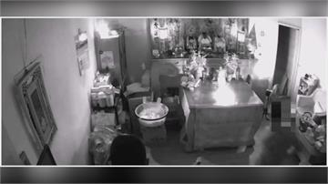 犯案過程全都錄 竊賊千斤頂撬開鐵門闖入民宅偷神桌金牌 屋主損失七千元