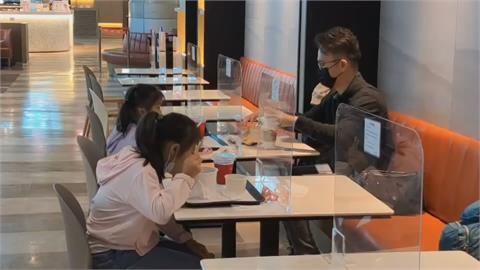桃園機場「出境區」可以飲食!旅客「脫口罩呷好料」