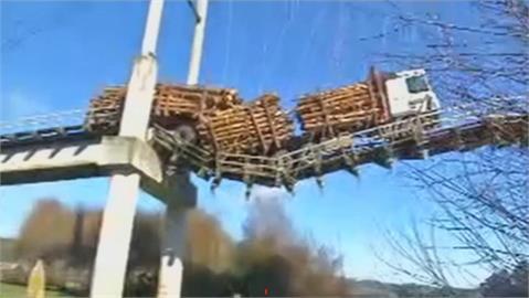 跟著導航走上斷橋 智利聯結車懸空中
