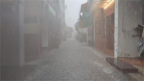 梅雨鋒面報到! 大雨狂炸鹿港龍山寺前廣場淹成水池