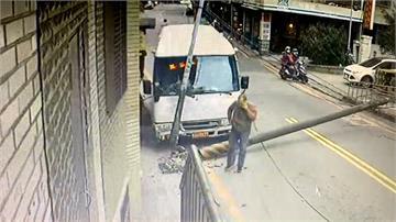 社區巴士駕駛疑精神不濟 自撞電桿路人驚險逃