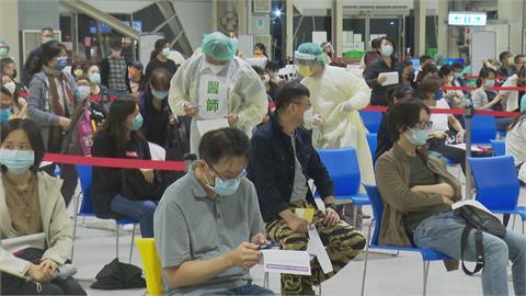 民眾下班後直接打疫苗 醫護從早忙到晚露疲態