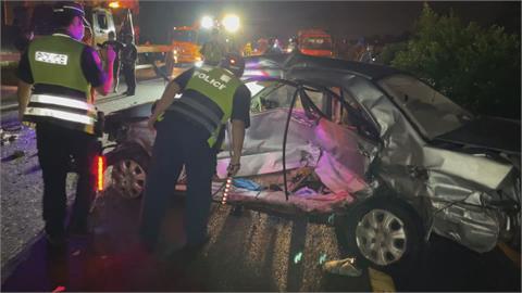 嚇!國1橋頭段5車連環追撞 自撞護欄車乘客再被撞飛出車外