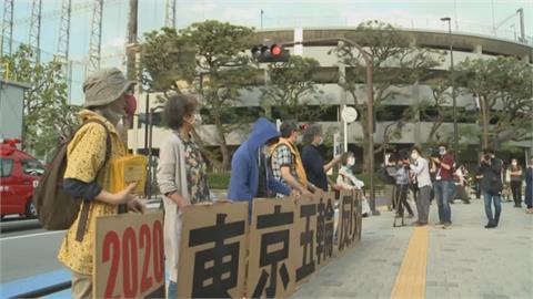 逾30萬人連署!東奧主場館前 民眾舉標語籲停辦奧運