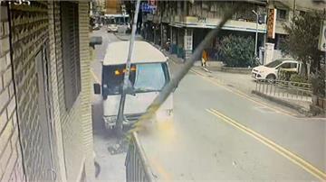 社區巴士駕駛疑精神不濟 自撞電桿路人驚逃
