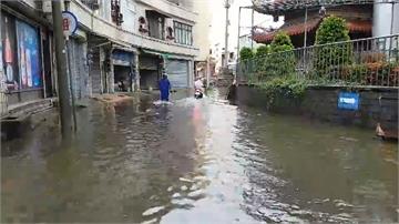 豪雨又逢大潮  東港王爺廟一帶水淹20公分