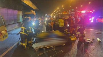 凌晨驚恐意外!國道追撞翻車 男駕駛拋飛車外 傷勢嚴重