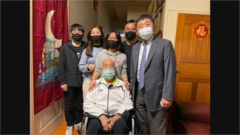 護理師一家染疫6人痊癒 曝光全家福照片