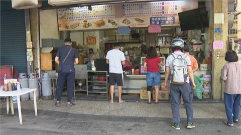疫情蔓延全國提升「三級警戒」民眾不敢出門 高雄早餐店人潮減