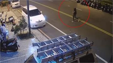 不公平?警抓情侶穿越馬路放過一旁違停車