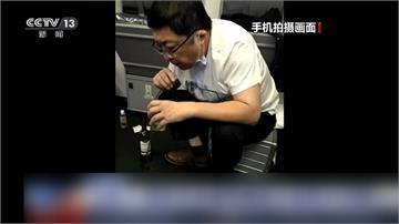 飛機上用嘴吸尿37分鐘救老人一命!仁醫:救人就是天職